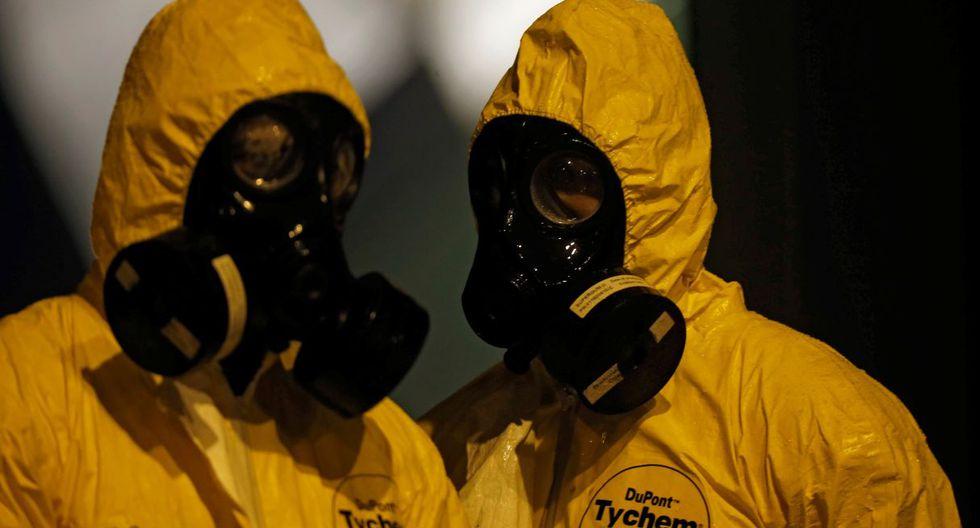 Con un estricto protocolo y vestimenta se recibió a los brasileños que estaban confinados en Wuhan. (Reuters).