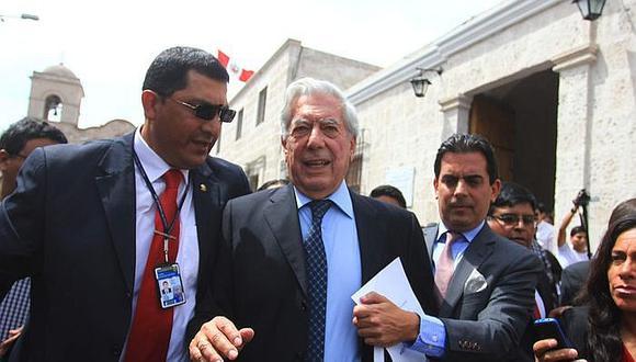 Mario Vargas Llosa en Arequipa y de regalo entrega 7 mil textos
