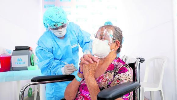 Ancianos reciben vacunas