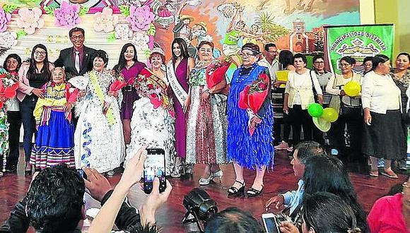 Candidatas a Reina del Adulto Mayor en Hunter se lucieron con trajes reciclados