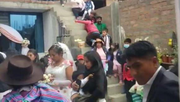 La novia aun sostenía el ramo cuando ingresaron los agentes