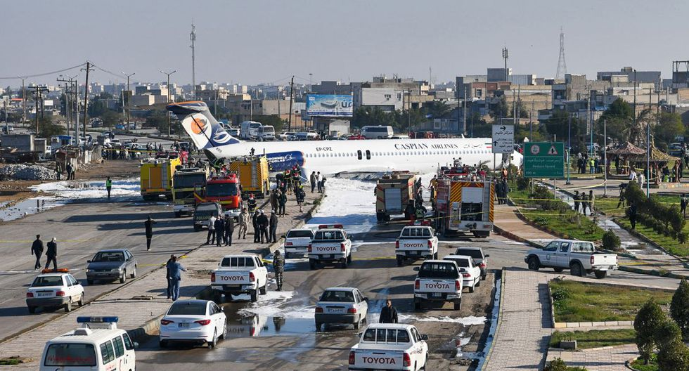 Esta fotografía tomada en la ciudad de Bandar-e Mahshahr, en el suroeste de Irán, muestra un avión McDonnell Douglas MD-83 de Caspian Airlines rodeado de equipos de emergencias. (AFP)
