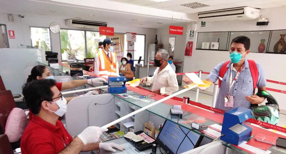 Piura: Trabajadores de banco atienden con 'Brazo de PVC' para evitar contagio por COVID-19 | FOTOS