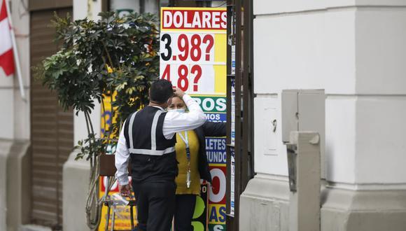 En el mercado paralelo o casas de cambio de Lima, el tipo de cambio se cotiza a S/ 3.955 la compra y S/ 3.985 la venta. (Foto: Cesar Bueno / GEC)