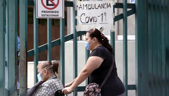 Una mujer empuja la silla de ruedas de un pariente cuando ingresan a un hospital general en la Ciudad de México el 29 de mayo de 2020, en medio de la nueva pandemia de coronavirus. (Foto: AFP/ALFREDO ESTRELLA)