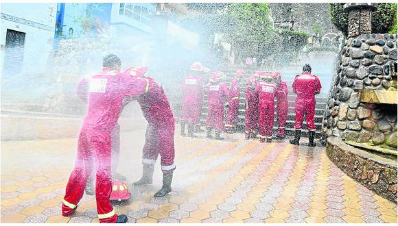 Bautizan a bomberos con manguerazo