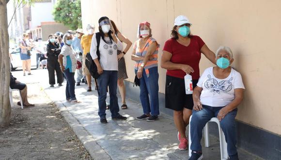 Largas filas de personas de la tercera edad se reportaron en puntos de vacunación de Chorrillos, Villa María del Triunfo y Villa El Salvador. (Foto referencial de archivo: Britanie Arroyo / GEC)