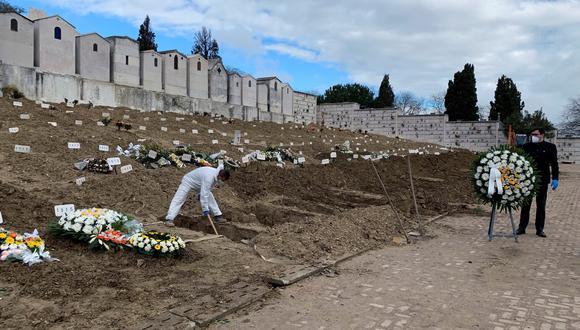 Vista de una sección del cementerio lisboeta de Alto de São João, el mayor camposanto de Portugal, en donde el 95% de los enterrados son víctimas del COVID-19. (Foto: EFE/ Cynthia De Benito)