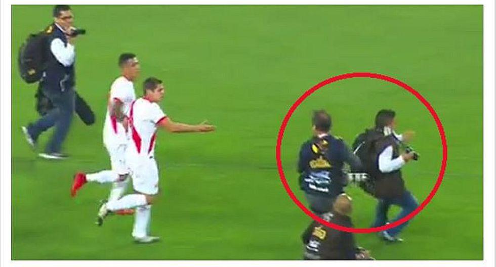 Perú clasificó al Mundial: la aparatosa caída de dos fotógrafos durante festejos (VIDEO)