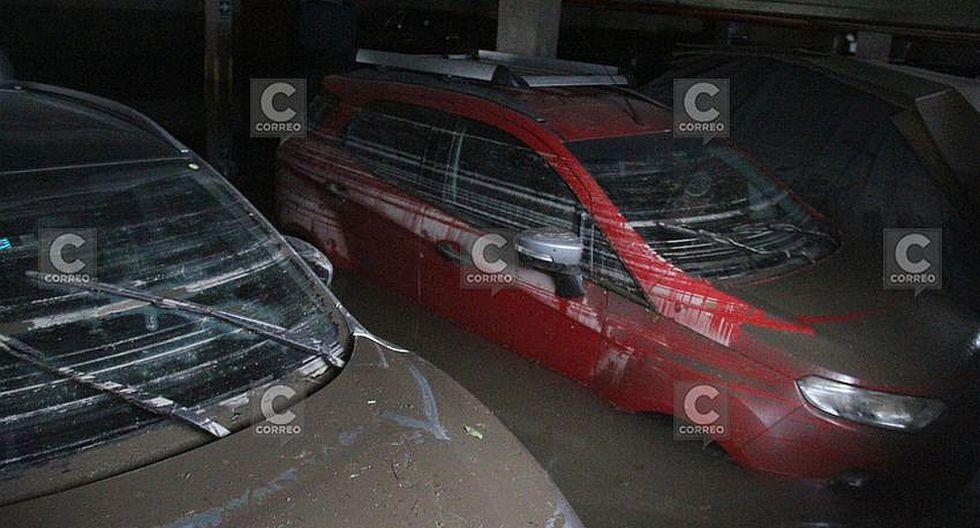 30 vehículos quedan atrapados al inundarse cochera de edificio