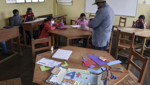 Los estudiantes asisten a una clase durante su primera semana de clases presenciales en la escuela Ladislao Cabrera, en la comunidad de Machacamarca, a 60 km de La Paz. (Foto de AIZAR RALDES / AFP).