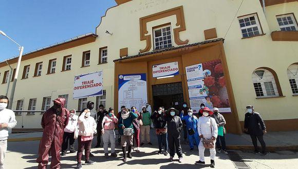 Familiares de pacietes con COVID-19 protestan por fata de atención en hospital Carrión de Huancayo