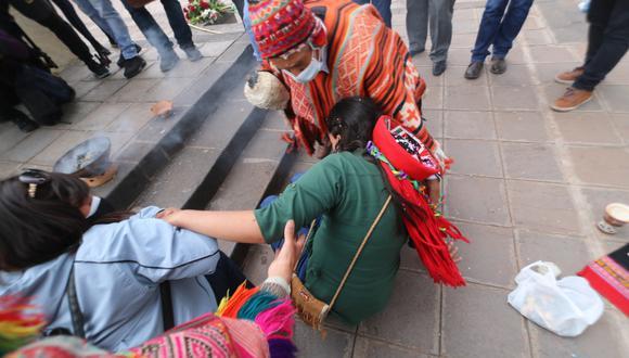 Cusco: candidata Verónika Mendoza cae al suelo durante homenaje a Túpac Amaru II (Foto: Juan Sequeiros)