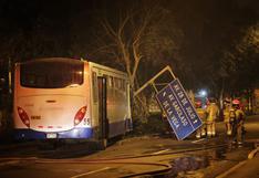 Bus del Corredor Azul con 30 pasajeros impactó contra un árbol en la avenida Arequipa