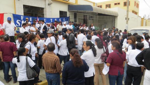 Médicos radicalizan su huelga renunciando a jefaturas