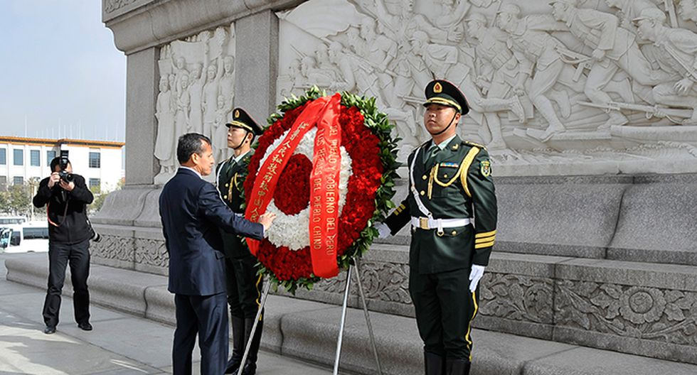 Humala dejó ofrenda florar en la Plaza de Tiannamen