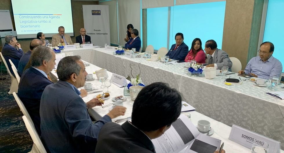 Representantes de Acción Popular, Frente Amplio, Partido Morado, Podemos Perú y Somos Perú participaron de la reunión convocada por Transparencia. (Foto: Transparencia).