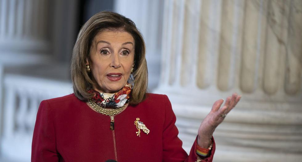 La presidenta de la Cámara de Representantes de Estados Unidos, Nancy Pelosi, (D-CA), habla durante una entrevista televisiva en el Capitolio en Washington, DC. (EFE/ALEX EDELMAN).