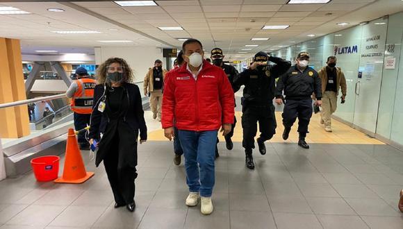 Ministro del Interior, César Gentille, supervisa acciones previas al reinicio de vuelos internacionales en aeropuerto Jorge Chávez. (Foto:LAP)
