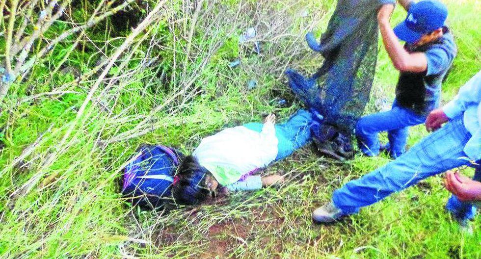 Mujer muere al volcar una combi