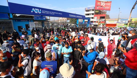 Se reporta presencia de manifestantes en los ingresos norte y sur del terminal Naranjal. Personal de la ATU y PNP trabajan para despejar la vía exclusiva, para mantener la circulación de buses y evitar retrasos del servicio. (Foto: Hugo Curotto / GEC)