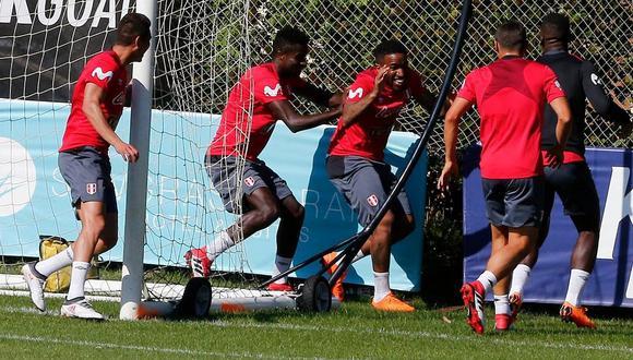 """Jefferson Farfán fue """"apanado"""" por sus compañeros durante entrenamientos de la selección (FOTOS)"""