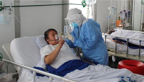 Una mujer con coronavirus siendo atendida por personal médico en el hospital Sabogal.   Foto: EsSalud.