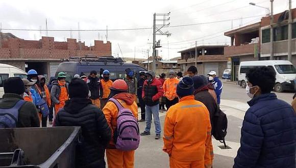 Trabajadores protestan por incumplimiento de pagos en Ajoyani