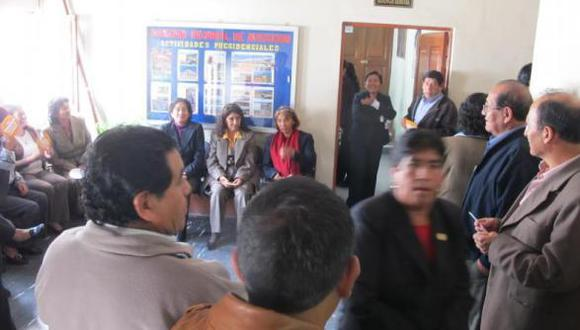 Trabajadores del gobierno regional intentan tomar sede y exigen cumplir pago de bonificación