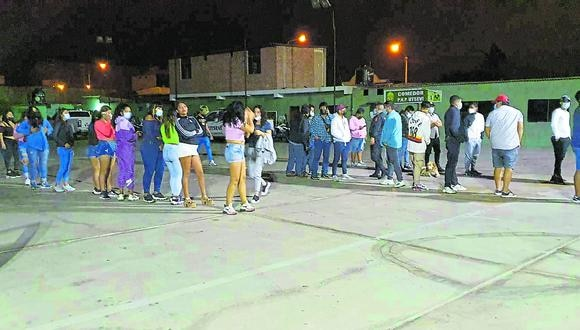 Escuadrón de Emergencia halla a 51 varones y 20 mujeres sin mascarillas ni distanciamiento libando en inmueble de Miramar.