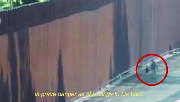 Las cámaras registran el momento exacto en el que el contrabandista desciende con la niña por el muro. (Foto: Captura)