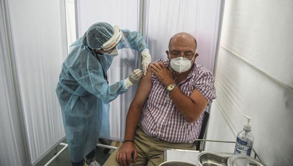 EsSalud usará espacios públicos abiertos para vacunar contra el COVID-19 a los adultos mayores desde el 8 de marzo.  (Foto: Ernesto Benavides / AFP)