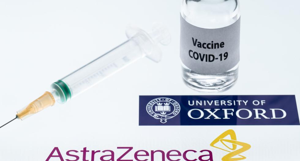 """Esta fotografía de ilustración tomada en París el 23 de noviembre de 2020 muestra una jeringa y un frasco que dice """"Vacuna COVID-19"""" junto a los logotipos de la empresa AstraZeneca y de la Universidad de Oxford. (JOEL SAGET / AFP)."""