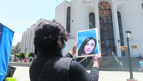 Madre pide justicia por su hija muerta en clínica estética
