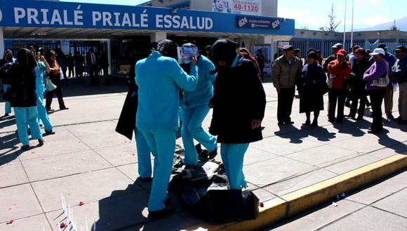 Enfermeras de Essalud bailan sobre ataúdes de funcionarios (VIDEO)