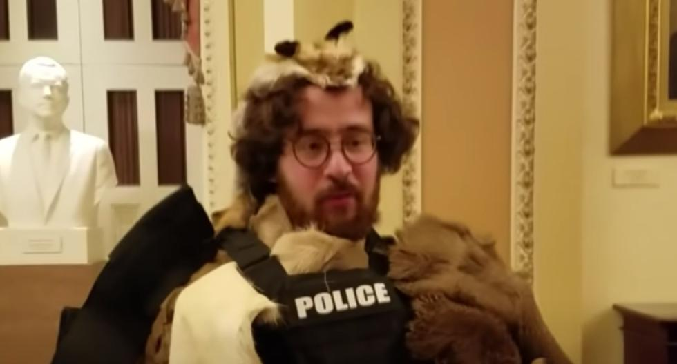 Aaron Mostofsky fue fotografiado dentro del Capitolio durante el asalto del pasado miércoles, vistiendo pieles, un chaleco antibalas de la policía y portando un escudo de los antidisturbios. (Captura de video/YouTube).