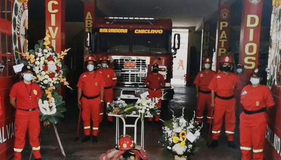 El hombre de rojo prestó 45 años de servicio y viene de una familia en donde su padre y hermana también pertenecen al valeroso Cuerpo de Bomberos Voluntarios del Perú (Foto: TVI Noticias)
