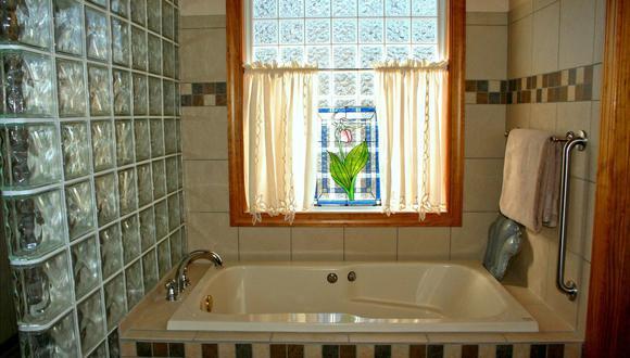 La acumulación de jabón, shampoo y otros productos deja una capa de sarro en la bañera que es fácil de quitar con trucos caseros. (Foto: JamesDeMers / Pixabay)