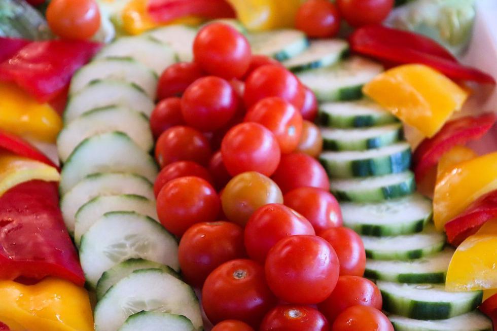 """Las verduras y hortalizas son alimentos imprescindibles dentro de una dieta equilibrada y saludable. Incorporarlas en el desayuno, almuerzo o cena durante el <a href=""""https://diariocorreo.pe/noticias/verano/""""><font color=""""blue"""">verano</font></a> es vital, pues al consumirse crudas se aprovechan sus beneficios, como el ser una buena fuente de agua, fibra, vitaminas, minerales y antioxidantes."""