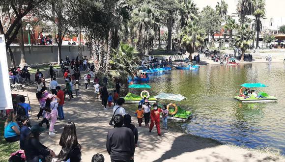 Cientos de visitantes abarrotaron el balneario de Huacachina