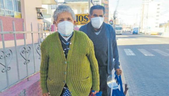 Pareja de octogenarios se dirigió a su local de votación a cumplir con su deber cívico, a pesar del riesgo por la COVID-19. (Foto: Correo)