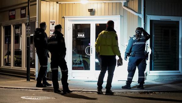Personal policial investiga tras un ataque en Kongsberg, Noruega, 13 de octubre de 2021.  (Foto: EFE/EPA/TERJE PEDERSEN)