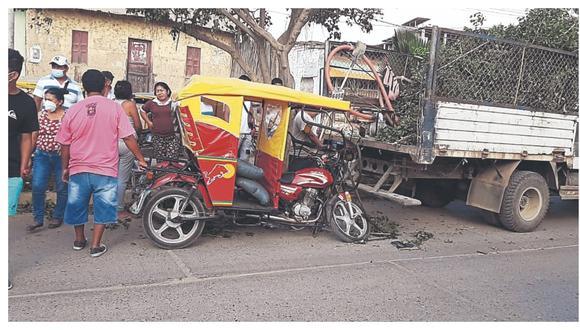 Mototaxi colisiona con camión sin placa de la comuna de Tumbes. El conductor del trimóvil resulta herido de gravedad.