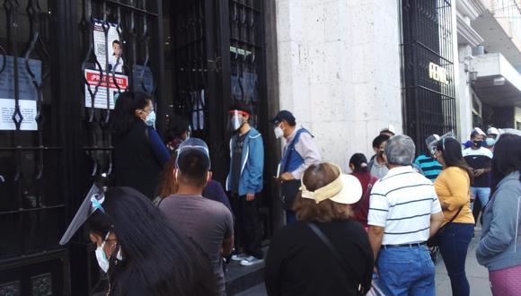 Personas se aglomeran en el Reniec para solicitar informes  Fotos: Nelly Hancco