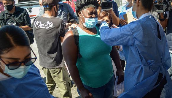 Una mujer de origen haitiano recibe la vacuna contra el COVID-19 en Tijuana, estado de Baja California (México). (Foto: EFE/ Joebeth Terriquez)
