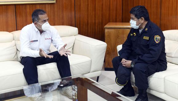 El ministro del Interior, César Gentille, se reunió con el agente que abatió a un delincuente en un frustrado asalto. (Foto: Mininter)