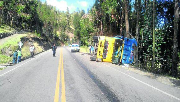 Chofer se salva al volcar un camión