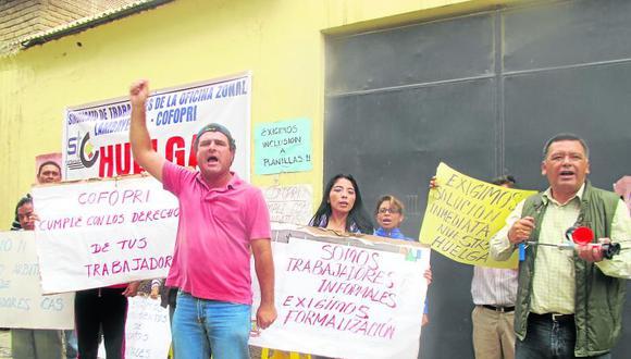 Trabajadores de Cofopri llevan 13 días de huelga indefinida