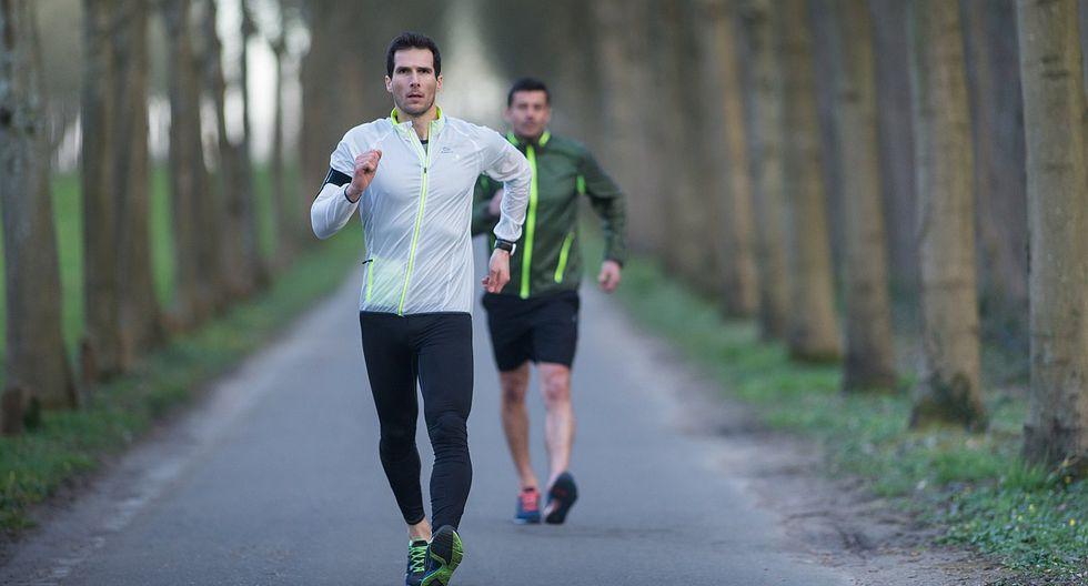 Personas que caminan rápido vivirían entre 15 a 20 años más, según estudios