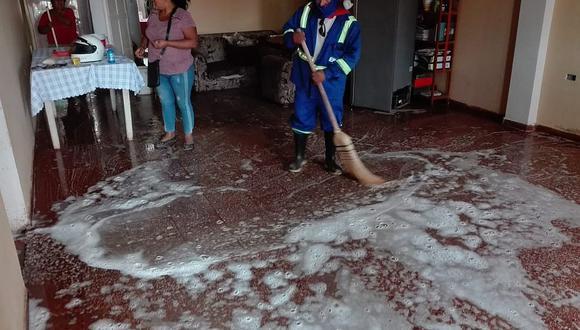 Aniego de desagüe inunda tres casas y pobladores reportan daños a la policía